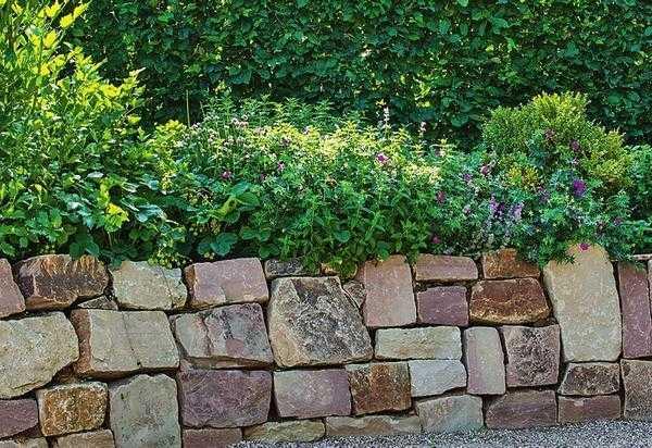 Кладка подпорной стенки из камней правильной формы